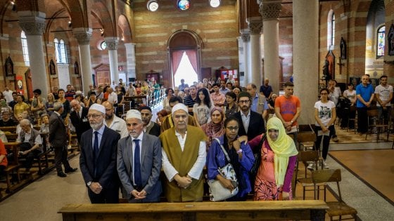 """Milano, abbraccio cattolici-musulmani contro il terrorismo: """"Non sono le religioni a scontrarsi"""""""