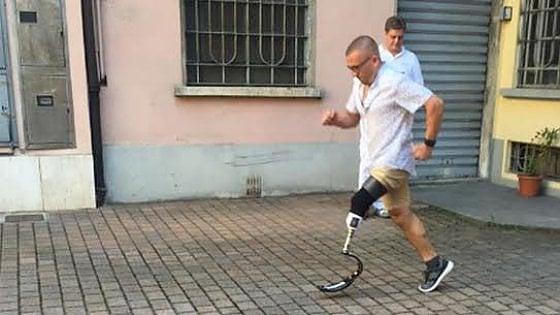 """Milano, la vittoria di Constantin: una protesi da gara per il runner con una gamba sola. """"Che felicità"""""""