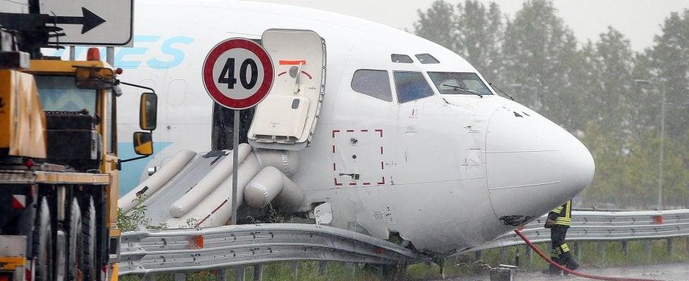 Paura a Orio al Serio, aereo esce di pista e finisce in strada tra le auto: aperta inchiesta