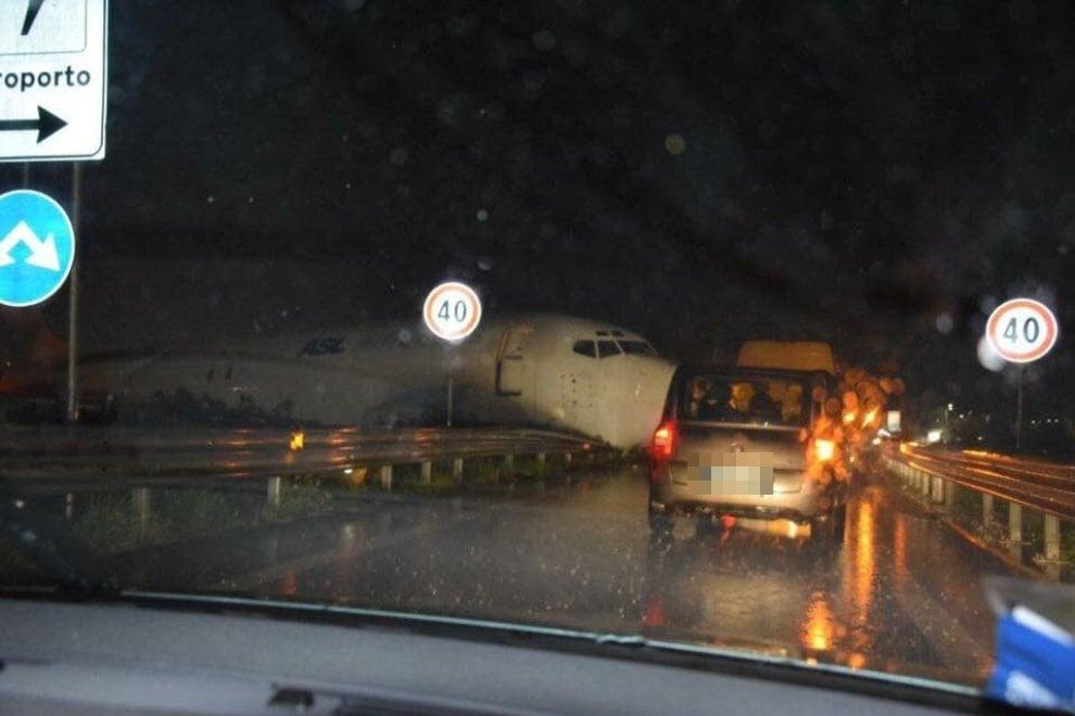 Bergamo, cargo esce di pista: il muso dell'aereo piomba in tangenziale