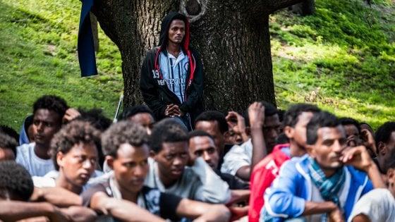 """Profughi, in 450 bloccati in stazione: a Como è emergenza. L'Onu: """"Metà sono minori soli"""""""