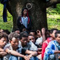Profughi, in 450 bloccati in stazione: a Como è emergenza. L'Onu: