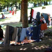 Migranti, in cinquecento bloccati in stazione a Como: arriva l'assistenza medica