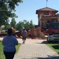 Brescia, crolla palazzina nel parco acquatico: paura tra i bagnanti