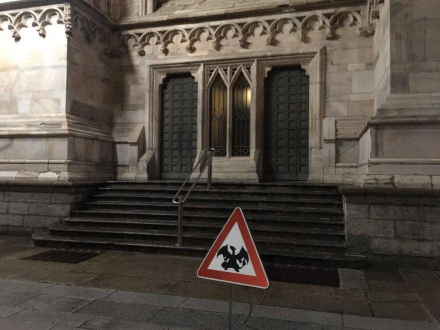 Milano, sotto il Duomo spuntano i cartelli stradali con i Pokémon