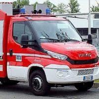 Milano, 91enne sale sul tetto per riparare l'antenna e cade: salvato dai vigili del fuoco