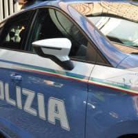 Milano, aggredisce donna che ha la figlia di 2 anni in braccio: arrestato per rapina e violenza