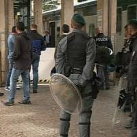 Tensione a Como, un gruppo di migranti tenta di salire sul treno per la Svizzera: respinti