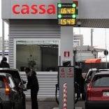 Una task force per vigilare  sui prezzi del carburante Multati i benzinai