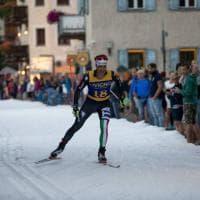 Livigno, la sciata per le strade del paese su neve vera