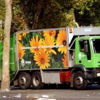 Milano, ciclista investito da un camion per la raccolta dei rifiuti durante una manovra: grave