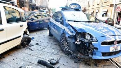 Foto  Scontro tra volante della polizia  e altre auto: il traffico va in tilt