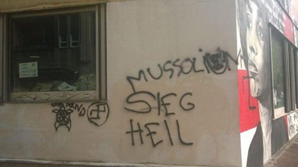 Antifa milano svastiche e scritte sui muri del - Scritte muri casa ...
