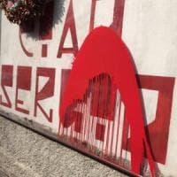Milano, svastiche sui muri e vernice per Ramelli: botta e risposta tra collettivi e Casapound