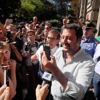 Salvini fa il capopopolo antimigranti davanti alla Montello: