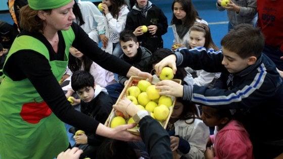 Milano, niente più merendine a scuola: frutta fresca a metà mattina per tutti i bimbi delle elementari