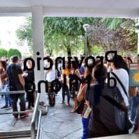 Milano, ressa in provveditorato per le nomine: protestano i prof, arriva la polizia