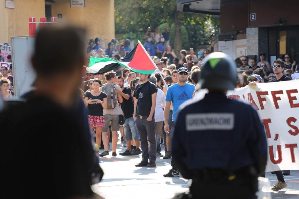 Migranti, No Borders in piazza a Chiasso contro le frontiere: slogan e petardi