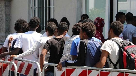Milano, i profughi nei capannoni dei depositi merci della stazione