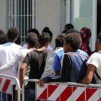 Milano, migliaia di nuovi arrivi: i profughi nei capannoni dei depositi merci della stazione