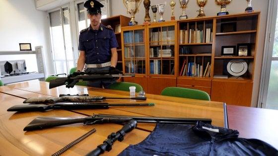 Monza, spara per gioco al collega che finisce in ospedale sotto ai ferri: in casa aveva un arsenale