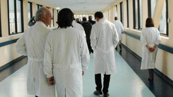 Sanità, la beffa dei centralini: 40 minuti al telefono per le visite pubbliche negli ospedali privati