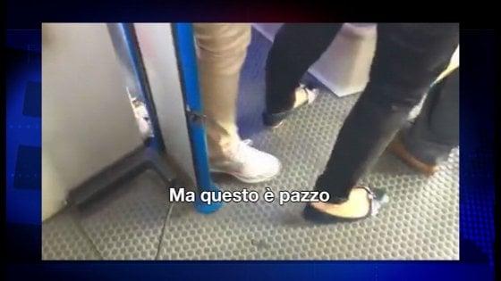 """Como, passeggeri terrorizzati filmano l'autista del bus: """"Aiuto, questo è pazzo"""""""
