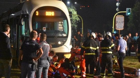 Milano, travolto dal tram vicino alla fermata: grave 35enne, l'autista sotto shock