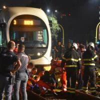 Milano, travolto dal tram mentre attraversa: grave 35enne, l'autista sotto shock