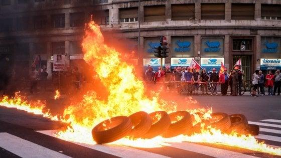 Operaio investito, a Milano la rabbia dei manifestanti: blitz in azienda, fiamme in strada
