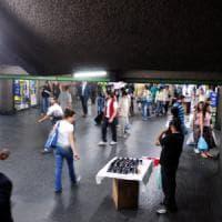 Milano, palpeggia 24enne all'uscita del metrò in Centrale: arrestato per violenza sessuale