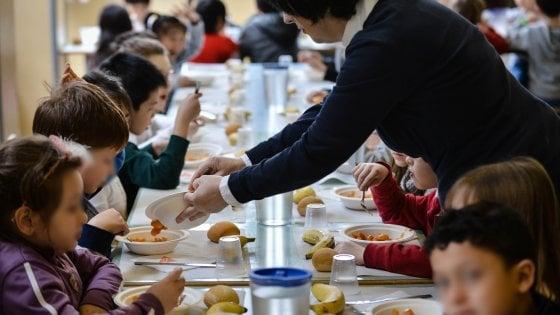 """Milano, bimba con il pranzo da casa allontanata dalla mensa. Vertice in Regione: """"Subito le scuse"""""""