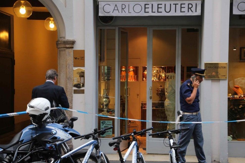 Milano, la Scientifica in gioielleria dopo la rapina in Montenapoleone