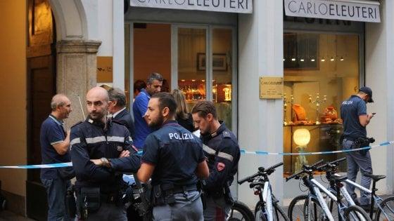 Rapine, colpo grosso in una gioielleria del centro di Milano: commessa legata per i polsi