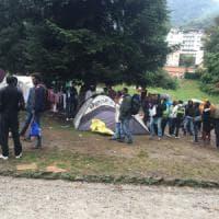Profughi a Como, maltempo e volontari spingono i migranti verso il centro di accoglienza