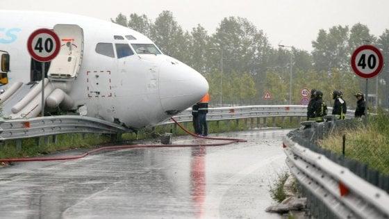 """Aereo fuori pista a Orio al Serio, i periti: """"Forte raffica di vento, galleggiò in aria per 2 km"""""""