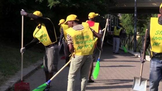 Milano, 350 rifugiati-spazzini in strada per pulire le periferie. 'Pronti a darci da fare'