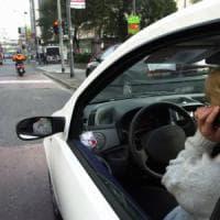 Al volante con gli occhi sullo smartphone: a Milano 1.567 multe (+ 21%)