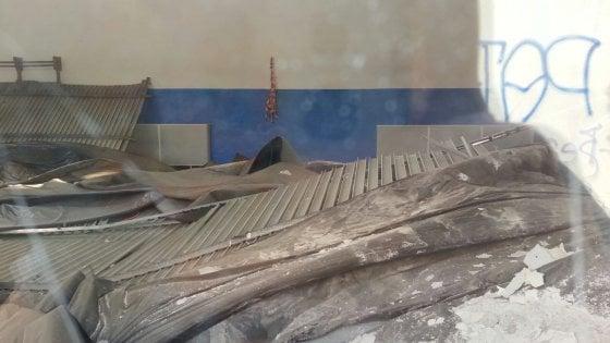 """Milano, crolla il soffitto della palestra nella scuola: """"Lezioni di educazione fisica in classe"""""""