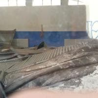 Milano, tonfo nella notte: crolla il soffitto della palestra a scuola