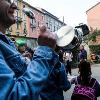 """Milano, """"cercasi maestre disperatamente"""": genitori fuori scuola con fischietti e striscioni"""