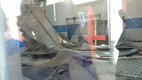 Milano, spunta l'amianto nel controsoffitto della scuola crollato in palestra