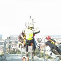 Brianza, operaio infortunato su una ciminiera alta 110 metri: il film del salvataggio