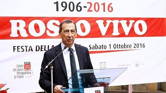 """Milano, Sala tira le orecchie ai dipendenti: """"Almeno po' di inglese lo dovete parlare"""""""