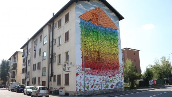 "Bergamo, street art e diritto alla casa. Maxi murale di Blu per dire: ""Una casa per tutti"""