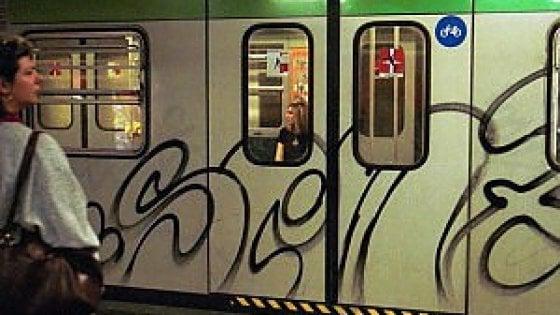 Milano, due writer francesi sorpresi nel deposito del metrò: nelle fotocamere l'album dei blitz