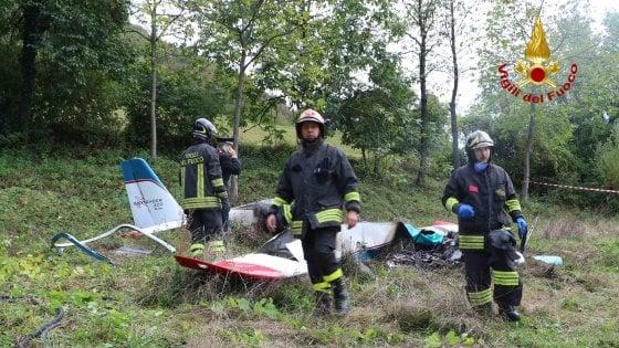 Piccolo aereo da turismo precipita e prende fuoco: muore pilota bresciano