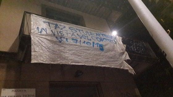Milano, studenti occupano un palazzo della Cattolica: molti minorenni