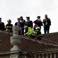 Milano, sul tetto della Scala con gli striscioni anti referendum: carabinieri in azione