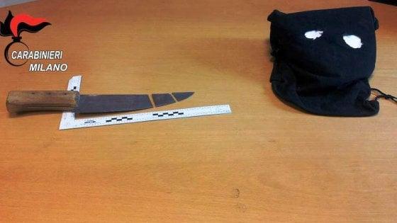 Milano, rapina supermercato armato di coltello da macellaio video